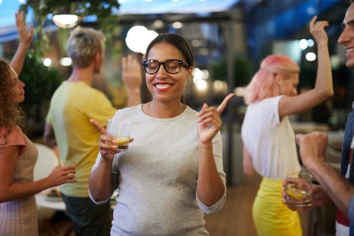 Nainenjuhlii tanssiravintolan tanssilattialla