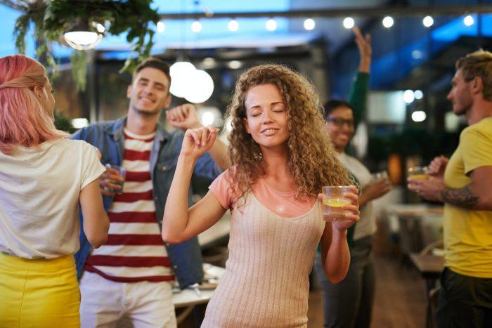 Nainen tanssii tanssiravintolan tanssilattialla