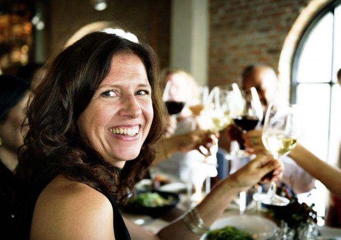 Nainen juhlii juhlaravintolassa